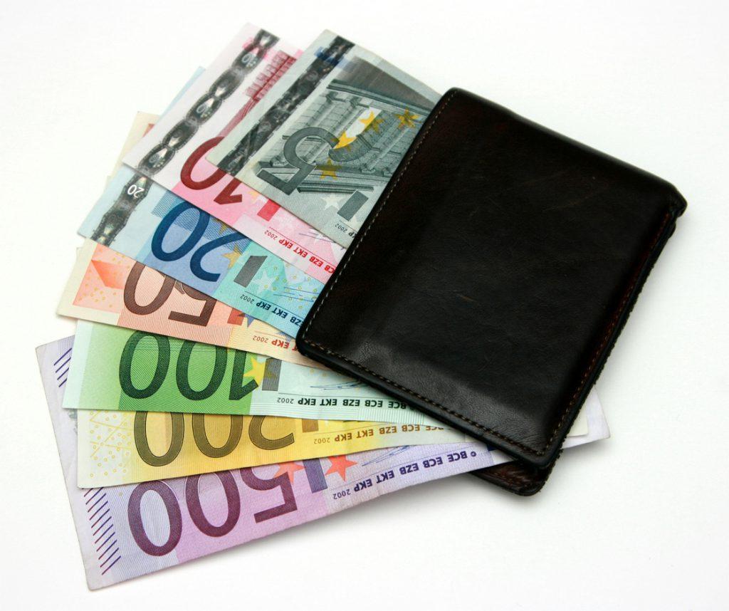 Schnell 600 Euro leihen als Minikredit. // Foto:istock/stefanphoto